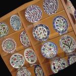 Kütahya'nın Neyi Meşhur? Kütahya Çinisi, Kütahya Porseleni ve bunların imalatı, Kütahya Başkomutanlık Milli Parkı, Kütahya Kalesi, Aizanoi Antik Kenti, Tunçbilek-Seyitömer Linyitleri, Tavşanlı Leblebisi, Simav ve Gördes Halıları